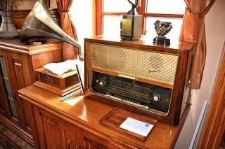 Image: Old Radio Antiques, by Przemysław Krzak on Pixabay