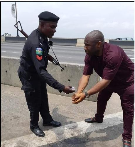 Man Reveals What Policemen Did After Being Stranded On Third Mainland Bridge, Lagos (Photos)