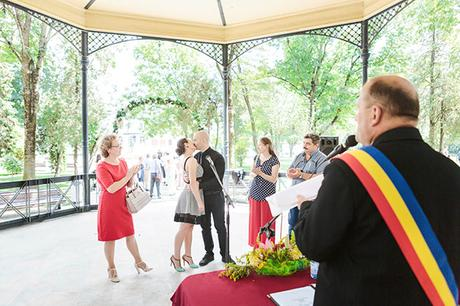 intimate-civil-ceremony-greenery-background_07