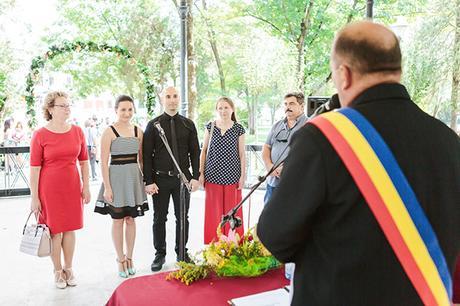 intimate-civil-ceremony-greenery-background_05