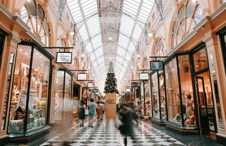 How to Decorate Your Store for the Holidays – And Attract More Customers