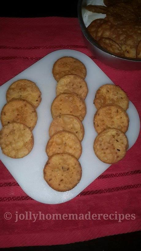 https://www.jollyhomemaderecipes.com/2015/08/papdi-recipe-how-to-make-fried-papdi.html
