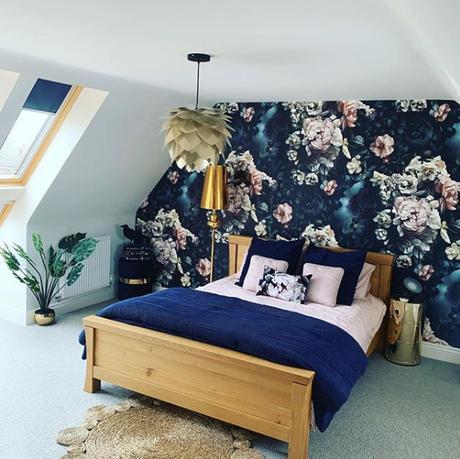 Bedroom design ideas - dark floral wallpaper. Image by @boldandbrassy