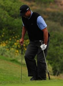 Tiger-woods-crutches