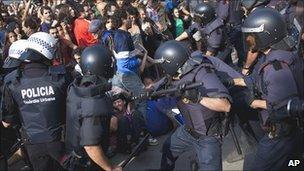 Police clash with protesters in Barcelona, 27 May 11