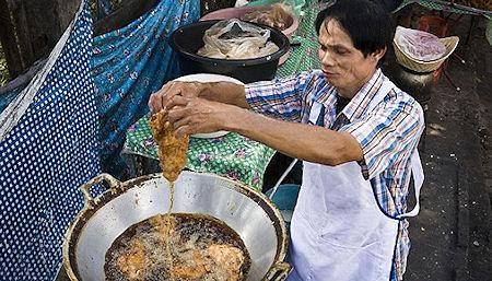 The Thai Chef Who Can Dip His Hands Into A Pot Of Boiling Hot Cooking Oil