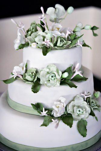 sage green wedding tall white cake with fkovers and leaves jonetsu photography