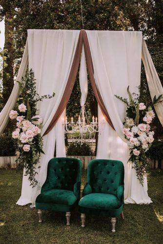 velvet wedding decor green chairs juanlurojano