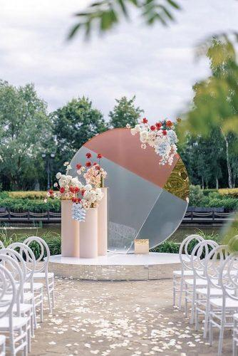 silver wedding decor ideas round shaped with rose gold backdrop and flowers roman_ivanov_weddings