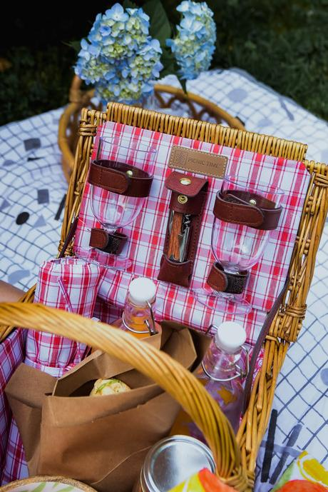 summertime picnic, backyard picnic, picnic basket wicker, picnic food ideas, juice jars, dc blogger, hydrangea picnic, outdoor picnic set up, myriad musings, saumya shiohare