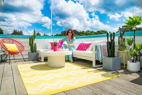 Roof terrace with colourful garden rugs and furniture
