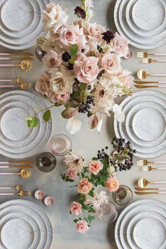 wedding colors 2019 dusty pink roses centerpieces on wedding table with marble plates casadeperrin