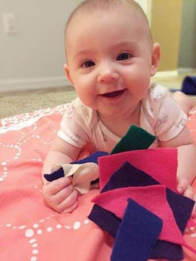 Develop your baby's fine motor skills and strengthen those little muscles with these simple fine motor activities for babies and toddlers! For ages 0-3.
