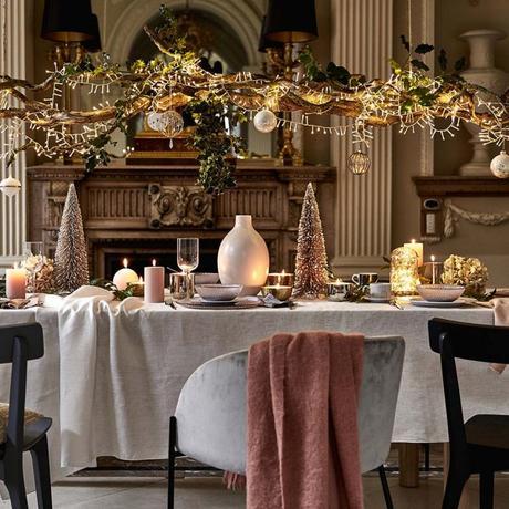 suspension branche de bois décorée au dessus d'une table de Noël