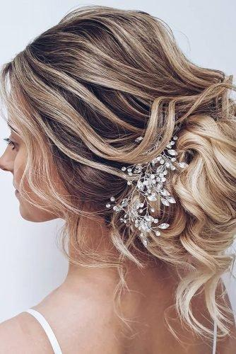 wedding hair trends curly messy textured updo with crystal hairpin hairbyhannahtaylor