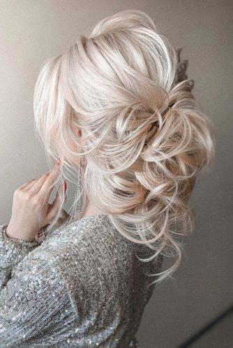 wedding hair trends textured blonde airy wavy hair down olesya_zemskova