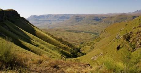drakensberg mountains sandstone cliffs