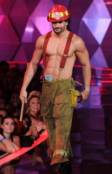 [Image: joe-manganiello-dresses-up-as-sexy-firem...5yBHp.jpeg]