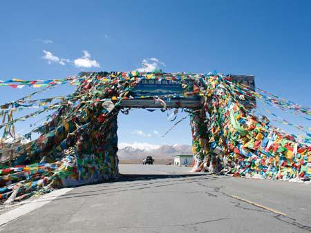 Gyatso-la pass at 5100 metres and the entrance to Everest National Park