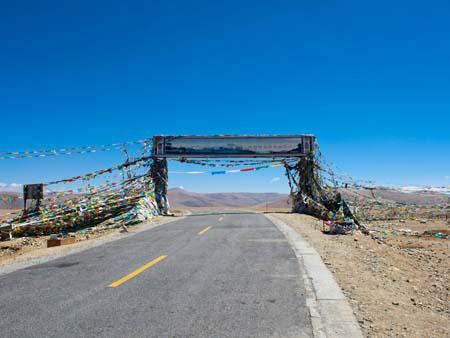 Tong-la pass at 4950 meters, the last pass before leaving Tibet