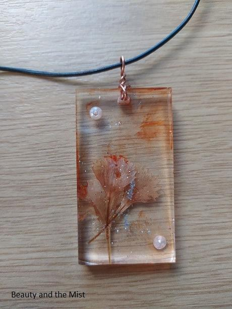 DIY: Make Necklaces With Resin Pendants With Dried Flowers