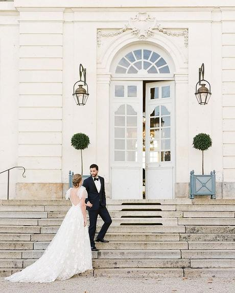 how to tip wedding vendors newlyweds at the stairs