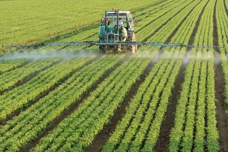 photo-farming-tractor-spread-fertilizer-pesticide