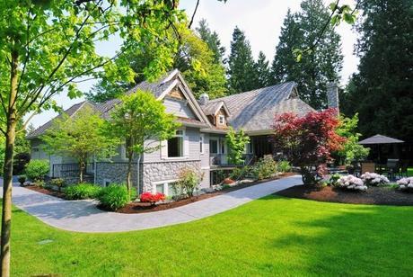 landscaped-yard-garden