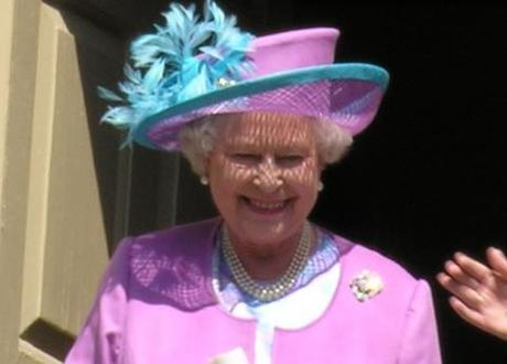 Queen Elizabeth II to shake hands with former IRA commander Martin McGuinness