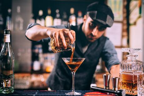 How to Become a Bartender in 2021 [5 Steps]