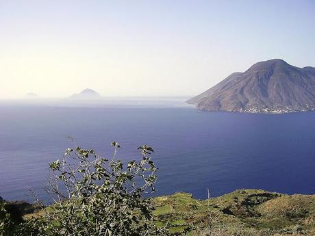AEOLIAN ISANDS. LIGHT, CLEAR SEA AND ANCIENT VOLCANOES