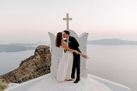 utterly-romantic-elopement-santorini-modern-details_04x