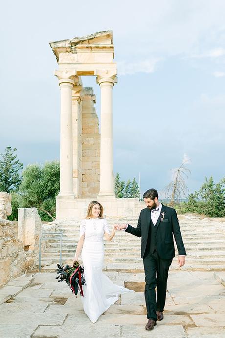 chic-moody-wedding-nicosia-llush-florals-modern-elements_05