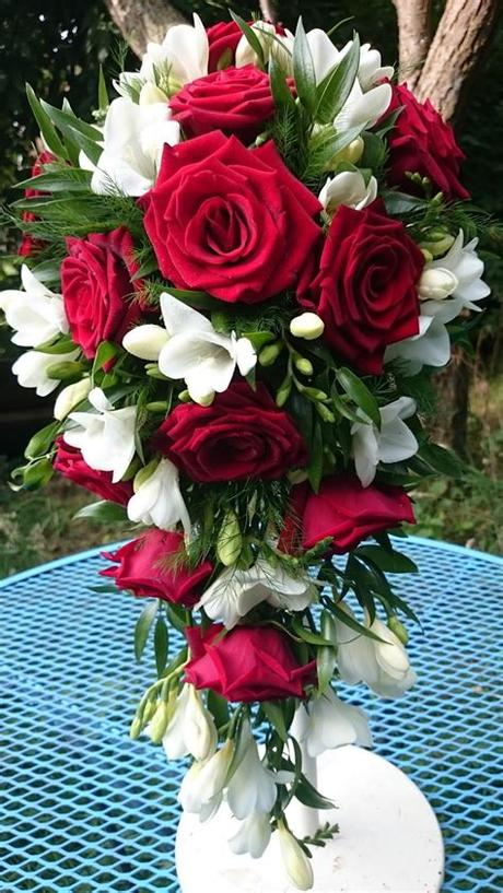 A monochrome or single bloom arrangement of white tulips, poppies or anemones can create a minimalistic the first installment in our wedding flowers by color series, this wedding flower guide brings you the essential info for planning your white wedding! Sandra's Flower Studio: Red rose and white freesia wedding ...