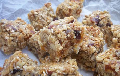Fruit and nut flapjacks (granola bars)