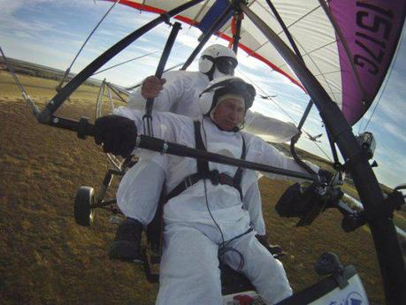 President Vladimir Putin flies in an ultralight hang glider: image: REUTERS/RIA Novosti/Presidential Press Service/Pool via ca.news.yahoo.com