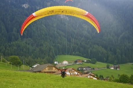 The paragliding landing in Alpe di Siusi (Seiser Alm)