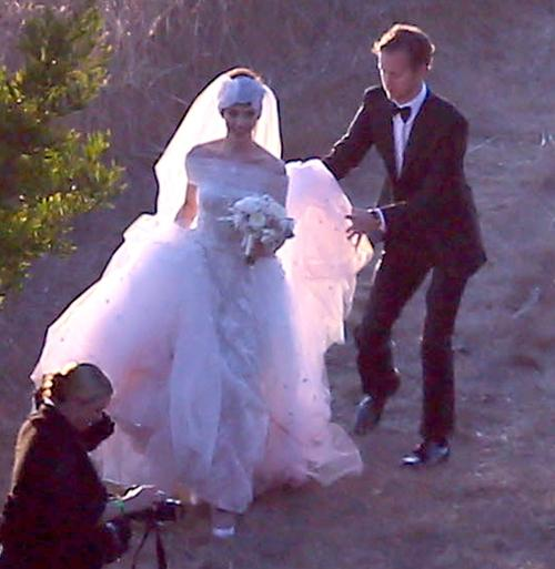 Anne Hathaway And Husband Adam Shulman Hold Hands As They: Taylor Swift, It Has Got To Stop