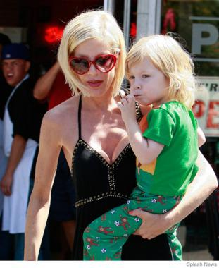 15 Breastfeeding Celebrity Moms