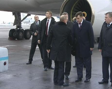 Russian President Putin was greeted in Volgograd by region and city officials.