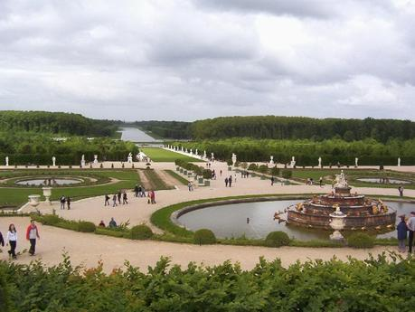 the palace of versailles essay In order to understand the palace at versailles, one should be aware of the architectural analysis, the history of the chateau, the main palace buildings and rooms, and the purpose of the palace of versailles the palace of versailles is located at versailles, france, and was built in 1631 in the order of louis xiii.