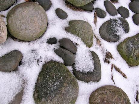 Winter-Rock-Garden-in-Snow