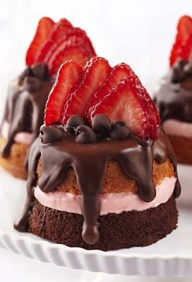 Valentine dessert Mini Strawberry & Chocolate Party Cakes