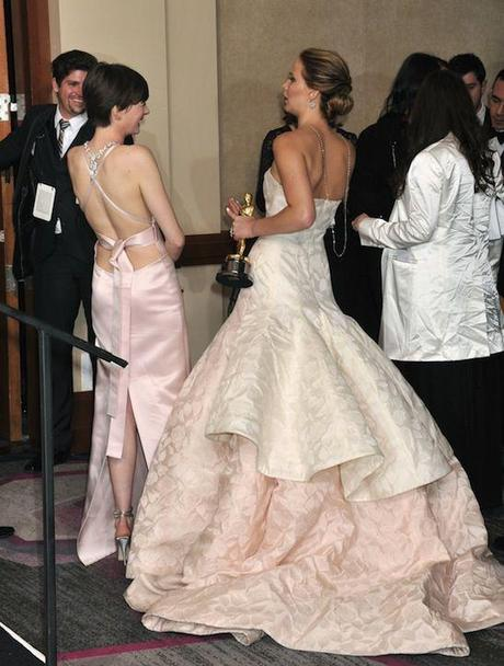 anne-hathaway-jennifer-lawrence, anne hathaway necklace oscars, jennifer lawrence oscars