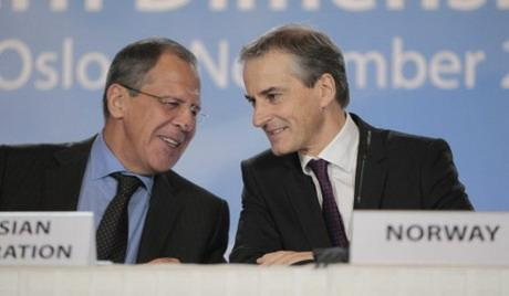 Foreign ministers Sergey Lavrov (L) of Russia and Jonas Gahr Store (R) of Norway