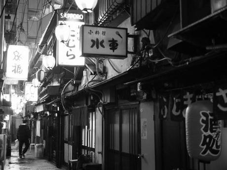 P20602571 渋谷に残る狭小なディープな横丁,のんべえ横丁 / Nonbei Yokochoh,nostalgic back alley,in Shibuya