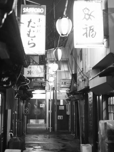 P20602451 渋谷に残る狭小なディープな横丁,のんべえ横丁 / Nonbei Yokochoh,nostalgic back alley,in Shibuya