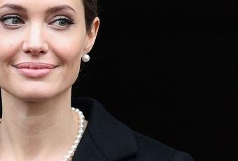 Angelina Jolie Wears Classic Pearls Paperblog