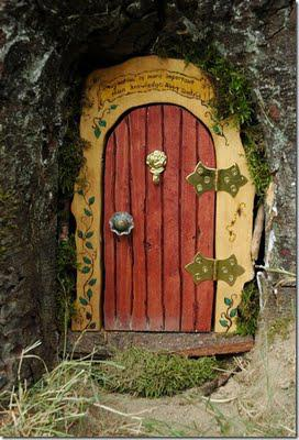 Magical diy fairy door tutorial paperblog for Elf fairy doors