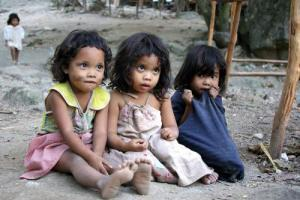 Slum dwelling children in the Philippines. These kids appear to have some Negrito in them. Some Filipinos have observable Negrito elements, but most do not.